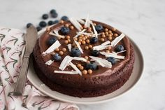 Chokoladekage http://anneauchocolat.dk/kager/chokoladekage-med-chokoladetopping-og-blaabaer-til-ellas-foedselsdag/