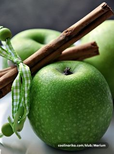 Really love the color green lately. Not to mention the fact that apples + cinnamon makes my taste buds burst!