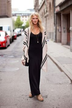 great way to wear a black maxi dress .messy hair, long thin gold necklace with a comfy poncho in simple black stripes Black And White Outfit, Black Maxi, Maxis, Fall Outfits, Cute Outfits, Outfit Winter, Outfit Summer, Stylish Outfits, Look Fashion