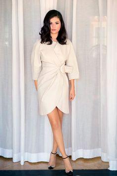 Selena Gomez: Vestido envelope branco