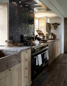 Landelijke houten keuken met stoer fornuis en achterwnad van Zellige Noir 10x10 van Designtegels.nl #keuken #hout #landelijk #tegels