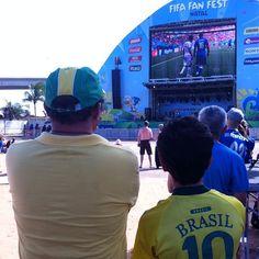 Paixão pelo futebol passando de pai pra filho! Os brasileiros também estão ligadíssimos no telão da #fanfestnatal conferindo essa vitória histórica (até agora) dos Costa-riquenhos. #jáécopa #natal2014 #fifaworldcup #fifaworldcupbrazil #brasil2014 #natal #natalrn #worldcup2014 #worldcup