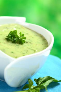 Garden Pea and Mint Soup - Essential Cuisine. For a silky smooth dinner starter pass the soup through a fine sieve or chinois and garnish with fine strips of German Black Forest smoked ham and shredded mint leaves. Healthy Snacks, Healthy Eating, Healthy Recipes, Pea And Mint Soup, Sopa Detox, Modern Food, Smoked Ham, Cream Soup, Soup Recipes