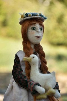 Anne of Green gables art doll, needle felted farmhouse inspired ooak posable doll with suitcase and duck, collectible poseable whimsical romantic home decor handmade doll.  -Inspiration- Make her I was inspired by the book Anne of Green Gables, the character Anne Shirley and the Netflix serie Anne with an E  -Realization- Anne is a a needle felted art doll made of organic wool, I made her with needle felting technique, she is posable because she has an internal structure of pipe cleaners…