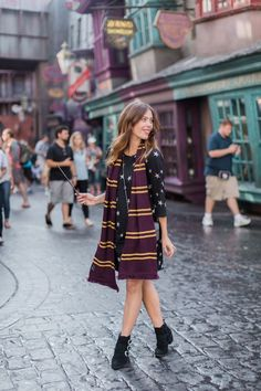 Wizarding World of Harry Potter at Universal in Orlando This would look even better with a ravenclaw scarf! Estilo Harry Potter, Harry Potter Scarf, Harry Potter Style, Harry Potter Outfits, Harry Potter World, Harry Styles, Parque Do Harry Potter, Estilo Disney, Disneyland