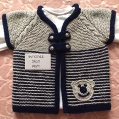 With the appropriate color selection, we can do both boys and girls … - Kindermode Ideen Crochet For Kids, Easy Crochet, Crochet Baby, Baby Pullover, Pullover Hoodie, Baby Vest, Light Jacket, Baby Sweaters, Crochet Fashion