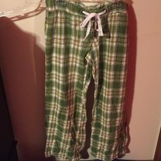 💤💤Old navy flannel Christmas sleep pant Sleep pant from old navy. Green red & white! Perfect to wear for the holidays cuddled up 🎅🎄🎁 good condition! 🚫 NO TRADES 🚫 NO PAYPAL 🚫 Old Navy Pants