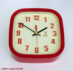 """Pendule 70's Jaz Electronic modèle LORIC, carré et chiffre en relief en version rouge. Merci """"Jaz Le Bon Temps"""". Retro Clock, Mid-century Modern, Mid Century, Relief, Modern Interiors, Electronics, Clocks, Wall, Decor"""