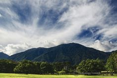 Paisaje del Ávila con nubes desde el Parque del Este