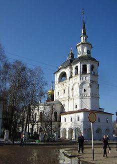 Le Clocher et la Cathédrale de l'Assomption de la Vierge Marie - Cour de la Cathédrale - Veliki Oustioug - Construite entre 1619 et 1659.