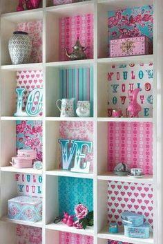 Ideia de como decorar prateleiras em formato de cubos