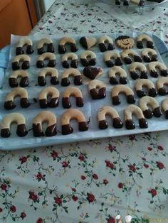 Biscotti di frolla Bimby con glassa al cioccolato 3.5 (70%) 4 votes Biscotti fragranti al burro, ingolositi con un tocco di glassa al cioccolato. Biscotti di frolla Bimby, foto e ricetta di Carmela R. Stampa Biscotti di frolla Bimby con glassa al cioccolato Ingredienti PER LA FROLLA 500 g farina 00 (io ne avevo solo …
