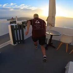 🔝Greek Island Santorini - the best things to do Discover the best things to do in Santorini, Greece. From amazing sunsets to catamaran riding, you'll find what you are dreaming about. Funny Vid, Funny Clips, Funny Jokes, Parkour Workout, Things To Do In Santorini, Wow Video, Mejor Gif, Amazing Sunsets, Beautiful Places To Travel