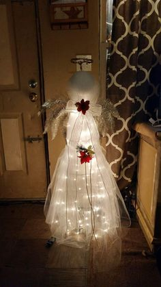 Christmas DIY: My angel made from a My angel made from a tomato cage Christmas Yard, Christmas Angels, Rustic Christmas, Christmas Projects, Christmas Holidays, Christmas Wreaths, Christmas Bulbs, Tomatoe Cage Christmas Tree, Angel Crafts