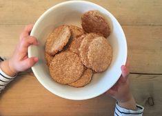 Med barn i huset er det et stadig ønske om noe søtt, en dessert eller en kjeks- og hvor mange dager er det egentlig til lørdag?? Som foreldre kan det være litt av en utfordring å være konsekvent nok til å si nei til disse stadige henvendelsene (og forsøkene på å åpne godteskapet…) Sunne og gode alte Dog Food Recipes, Cooking Recipes, Kids And Parenting, Nom Nom, French Toast, Food And Drink, Snacks, Cookies, Baking