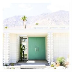Take a self-guided Palm Springs Door Tour to check out all the bright colorful modern front doors including that pink door! Spring Architecture, Residential Architecture, Modern Architecture, California Architecture, Palm Springs Häuser, Palm Springs Style, Parker Palm Springs, Palm Springs Motels, Palm Springs California