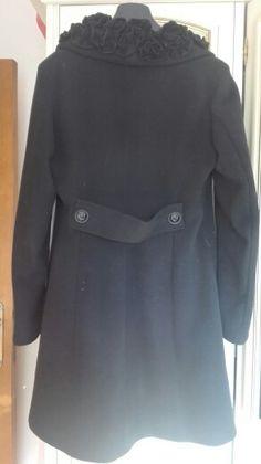 La martingala del cappotto corto prima presentato, non è un dettaglio secondario. Ma arricchisce di stile innato anche l'outfit più sportivo.