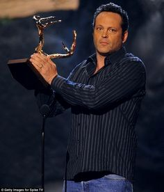Looks like he's been getting some sun! Vince Vaughn revealed his bronzed skin as he accepted his award on-stage Spike Tv, Vince Vaughn, Bronze Skin, Exotic Beauties, Teen Choice Awards, Hollywood Star, Yellow Leather, Jessica Alba, How To Memorize Things