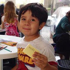 foto: Katherine Funke / katherinefunke.tumblr.com   Já Mateus, 6 anos, filho de Virgínia, inventou um zine de peças de xadrez. Além disso, tivemos zines de dinossauros e de Papai Noel. Muito obrigada a todos! Até a próxima! #zine #oficina #fanzine #arte #Joinville  foto: Katherine Funke / katherinefunke.tumblr.com