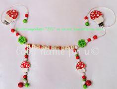 Kinderwagenkette Pilz rot/weiss/grün aus Holz mit Wunschname, mit 4 Motivperlen und 2 Glöckchen. Ich fertige Ihnen die Kette nach Maß an, da die ...