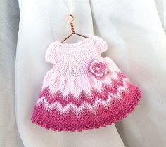 Miniatuur hand-gebreide roze jurk met gehaakte bloem goed voor 4-5 inch doll (voor 11-12 cm pop). Pop kleding - miniatuur gebreide roze jurk gemakkelijk op te zetten. Het heeft twee roze knoppen op de achterzijde. Jurk is versierd met mooie gehaakte bloem. Jurk gemaakt van hoge kwaliteit wol garen.  Grootte: 6.5-7 cm (2.7)  Klaar voor verzending in 3-5 dagen