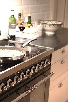 """""""Gillar vår darling, ILVE-spis. En meter bred pjäs med induktionshäll och en vikt på 100 kg... Det gick år fyra man för att bära in den över tröskeln."""" Stoves, Kitchen Design, Kitchen Appliances, Inspiration, Home, Kitchens, Diy Kitchen Appliances, Cuisine Design, Home Appliances"""