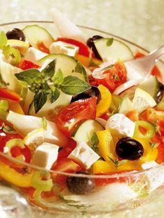 Cosa c' è di meglio di una Insalata con formaggio e olive nere? Una ricetta sana e gustosa per fare il pieno di vitamine e sali minerali.