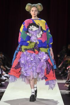 The complete Comme des Garçons Fall 2018 Ready-to-Wear fashion show now on Vogue Runway. Live Fashion, Fashion Week, Runway Fashion, Fashion Show, Fashion Outfits, Fashion Design, Rei Kawakubo, Sneaker Outfits Women, Comme Des Garcons