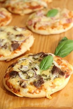 Mini pizza - My Little Kitchen Empanadas, Mini Pizza, Recipe Boards, Little Kitchen, Vegetable Pizza, Tapas, Nom Nom, Buffet, Healthy Recipes
