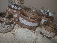Frascos reciclados como portavelas, decorados con puntilla, arpillera, cintas y cuerda