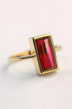 ein 2ct Rubin, gefasst in 18K Gold. Ein Rubin, der aus Asche oder Haaren entstanden ist. Mevisto transformiert deine Elemente in personalisierte Edelsteine. Jeder ist einzigartig, so wie jeder Mensch einzigartig ist. #personalisiert #liebe #rubin #saphir #haare #asche #edelsteinbestattung #diamantbestattung #fürimmer #mevisto Blink Blink, Cufflinks, Rings, Gold, Collection, Sapphire, Diamond, Personalised Jewellery, Peace Of Mind