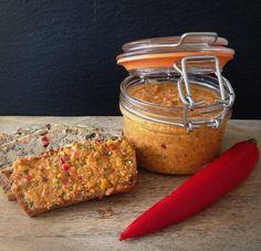 Ingrediënten Zoete paprika's | Rode ui | Feta | Olijfolie Verse kruiden: Basilicum | Bieslook | Chilipeper Droge kruiden: Paprikapoeder | Chilipoeder | Zout en peper Snij de paprika's en de rode ui in grove stukken. Voeg deze samen met de verse kruiden en de olijfolie in de blender. Alles goed mixen. Voeg nu de feta en de droge kruiden toe. Mix alles nog eens goed door. Laat de pasta enkel uren...