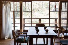 古道具屋で手に入れたガラス窓から、柔らかな光がさしこむ。家のほとんどに杉材を使用。窓の2本の柱は、玄関の框や床の間に使われる「槐(えんじゅ)」を使っている。