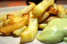 Diese Sellerie-Pommes mit Acocado-Mayonaise sind unglaublich lecker und die absolut gesunde Alternative zum ungesunden Fast-Food-Original.