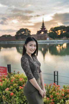 Beautiful Asian Women, Beautiful Celebrities, Beautiful Ladies, Burmese Girls, Myanmar Traditional Dress, Myanmar Women, Curvy Girl Outfits, Attractive Girls, Cute Asian Girls