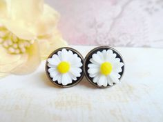 Beautiful vintage inspired daisy stud earrings, antique style brass, nature jewelry, Selma Dreams, gifts under 15 usd, valentine's day by SelmaDreams on Etsy