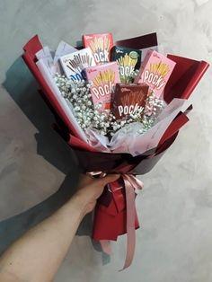 Makeup Bouquet Gift, Candy Bouquet Diy, Food Bouquet, Money Bouquet, Bouquet Wrap, Diy Bouquet, Bouquet Flowers, Graduation Bouquet, Surprise For Girlfriend