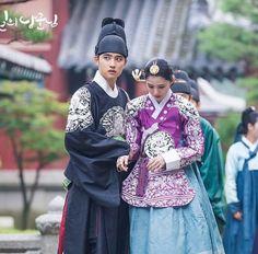 Do . Cre: the owner/as logo Korean Traditional, Traditional Dresses, Secret Garden Korean, Prince Hans, Korea Dress, Culture Clothing, Korean Hanbok, Korean Drama Movies, Bride Hair Accessories