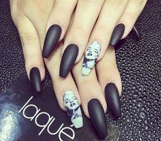 10. A glossy accent nail can change up the whole look. This Marilyn Monroe mani is amazing!