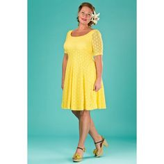 Abito elegante in pizzo giallo, ideale per ogni evento, dal più formale al più casual. Ha una raffinata silhouette anni '60, che sottolinea le forme con eleganza.