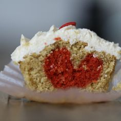 ¿Te imaginas morder un #cupcake y encontrarte una sorpresa en forma de corazón? Receta y vídeo-receta de @Lorenza Martinez salazar #SanValentin #Corazon #Receta