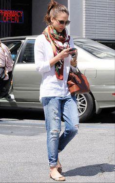 Jessica Alba nos da un gran ejemplo de lo casual y algo chic.Los accesorios aveces cambian totalmente el look!