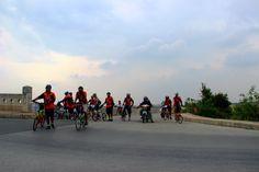 Bersepeda di Banjir Kanal Timur.  http://www.goindonesia.com/id/indonesia/jawa/jakarta/olahraga_kesehatan/outdoor_jakarta/banjir_kanal_timur