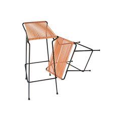 Pareja de taburetes con estructura metálica lacada en negro. Asiento de tiras vinílicas en color Origen: Francia. Época: 1950 Medidas: 39 x 31 x 73 (h) cm
