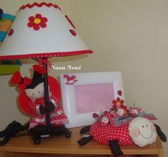 Conjunto de joaninha. Abajur, porta retrato com flores e joaninha com filhotinhos em imã de geladeira.