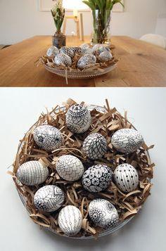 Naschfertige, hartgekochte Eier kann man ebenso verzieren und in Szene setzen wie ausgeblasende zum Anhängen.