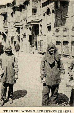 Savaşlar sebebiyle yerleri süpürecek erkek işçi bulunamayınca işe alınan kadınlar (1923)