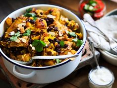 This chicken biryani meets all the requirements for an easy and delicious dinner. Lunch Recipes, Easy Dinner Recipes, Easy Meals, Healthy Recipes, Dinner Ideas, Meal Ideas, Food Ideas, Chicken Recipes Video, Recipe Chicken