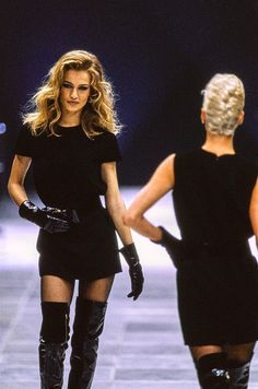 Versace Fall 1991 Ready-to-Wear Fashion Show Versace Fall 1991 Ready-to-Wear Collection Photos - Vogue 1990s Fashion Trends, Fashion Models, Fashion Guys, New Fashion, Runway Fashion, Fashion Show, Fashion Glamour, Fashion Weeks, Fashion 2018