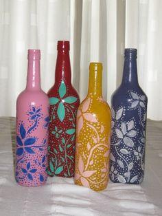 Gekleurde wijnflessen met bloemmotief